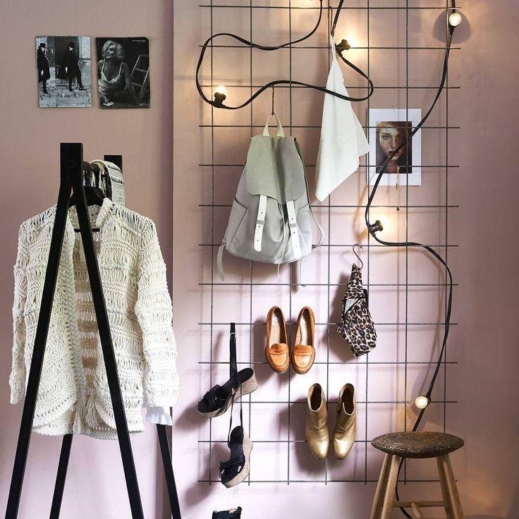 """""""AAN DE WAND • rommelige slaapkamer? Hang een draadrek aan de muur. Schoenen met hakken haak je erachter en sjaaltjes, kettingen en tassen hang je op. Zo…"""""""