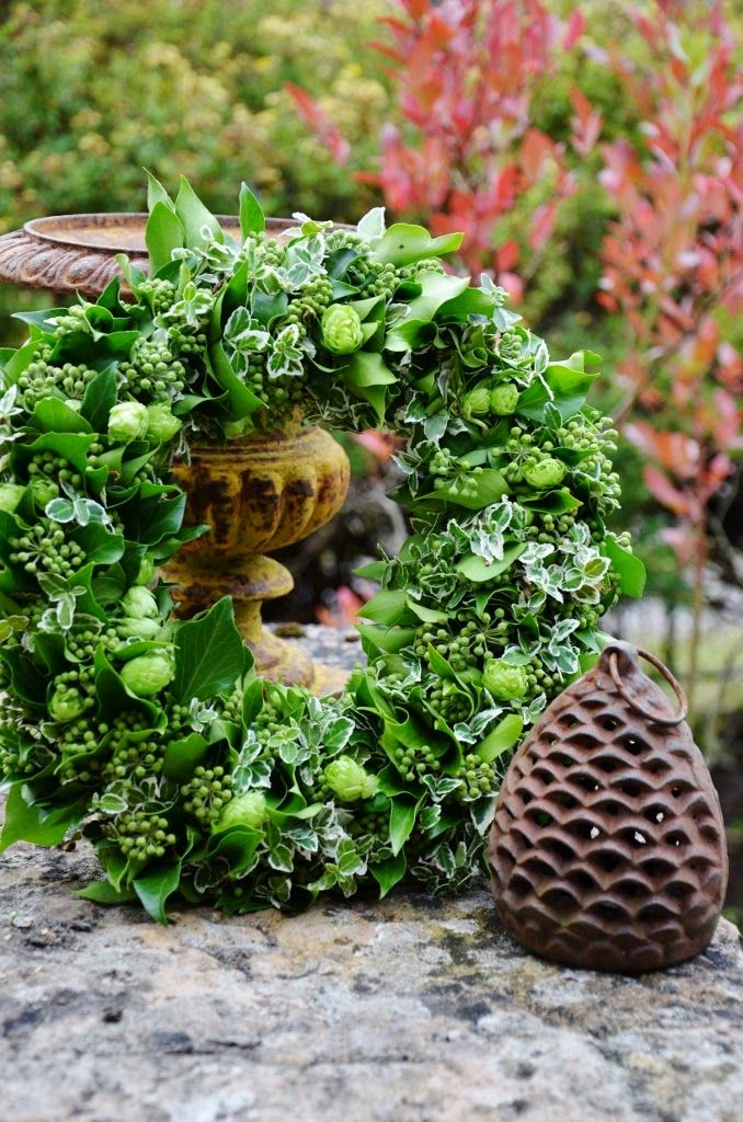 Spring wreath made of flowering ivy, euonymus and hops.