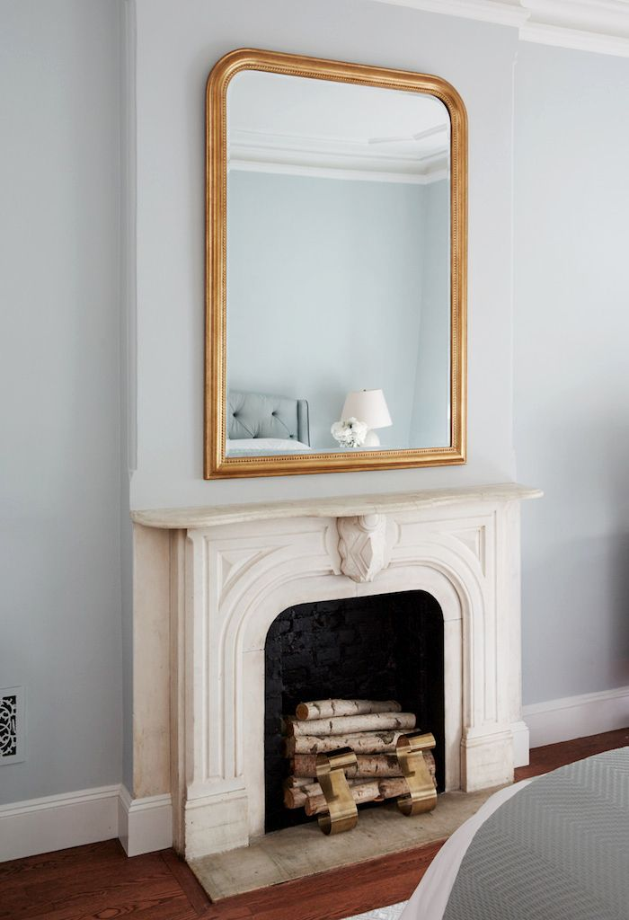 grand miroir doré au-dessus cheminée