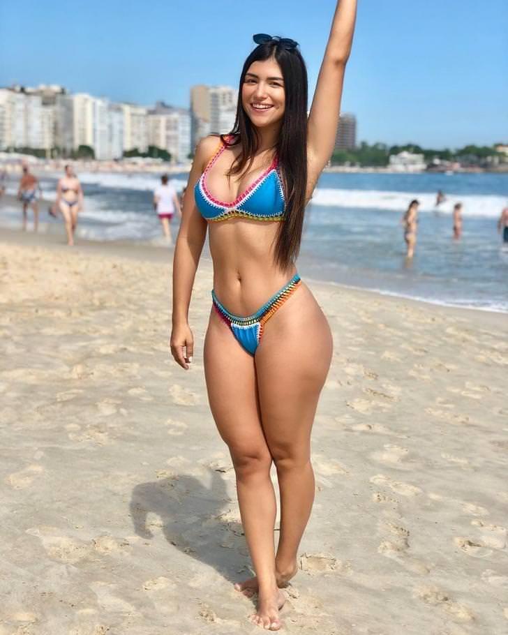 Chica sexy desnuda joroba un poste