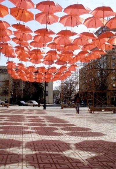 Instalación de cubierta temporal formada con paraguas y construida por estudiantes en un paso peatonal Talca, Chile.