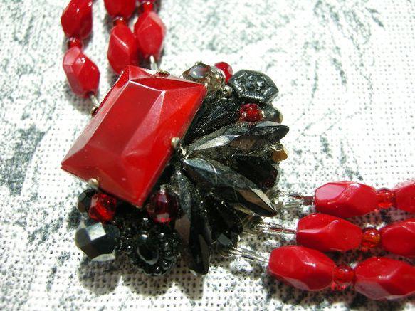 深紅のヴィンテージ・カボションを主役に美しいカットの入ったヴィンテージパーツやスワロフスキークリスタル、チェコビーズなどをギュッと詰め込んだ宝石箱のようなトッ...|ハンドメイド、手作り、手仕事品の通販・販売・購入ならCreema。
