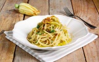 Spaghetti con fiori di zucca, bottarga e lime