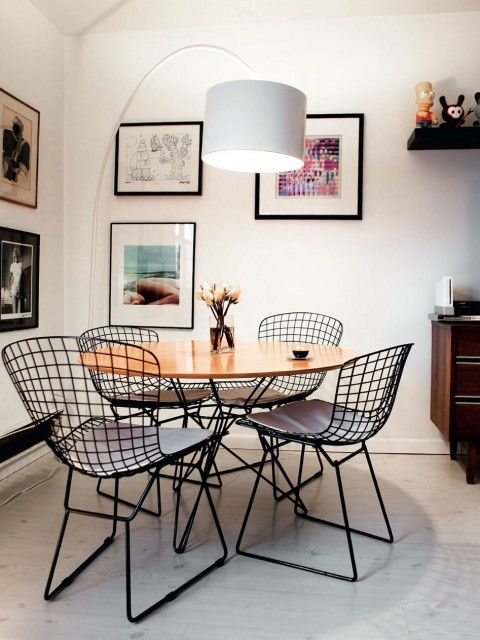 Black and white wire furniture, wood midcentury furniture, white walls, pictures with black frames and white backgrounds | MilK - Le magazine de mode enfant