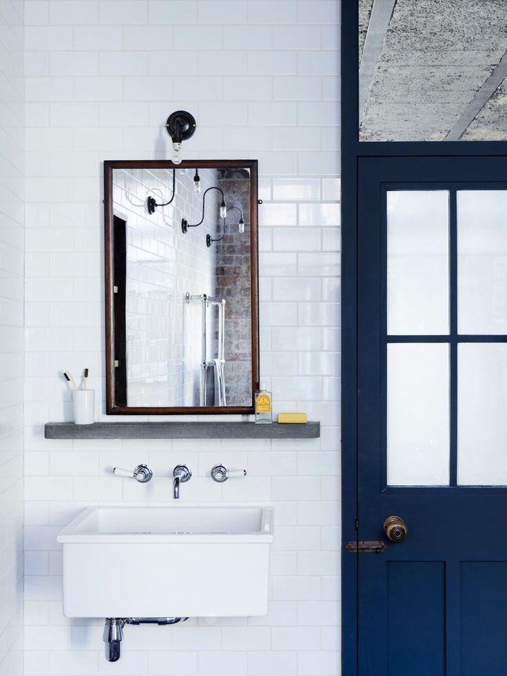 Бетонная полочка под зеркалом в раме из красного дерева и объемный умывальник.  (индустриальный,лофт,винтаж,стиль лофт,индустриальный стиль,интерьер,дизайн интерьера,мебель,архитектура,дизайн,экстерьер,квартиры,апартаменты,ванна,санузел,душ,туалет,дизайн ванной,интерьер ванной,сантехника,кафель,керамика,фото ванной,идеи ванной) .