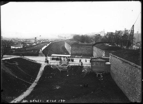 Photo de l'ancien Paris. Fortifications et mur d'enceinte de la ville au XIXe siècle a la Porte de Versailles.