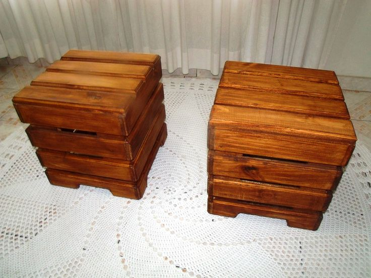 Puff em madeira tratada Pallets  R$ 180,00 preço por peça    Grande promoção você leva 2 puff e ganha as almofadas ( Capa em tricot feita a mão ) Um produto totalmente artesanal