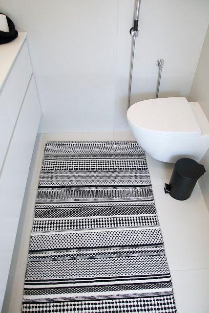 mustavalkoinen kuviollinen matto vessaan