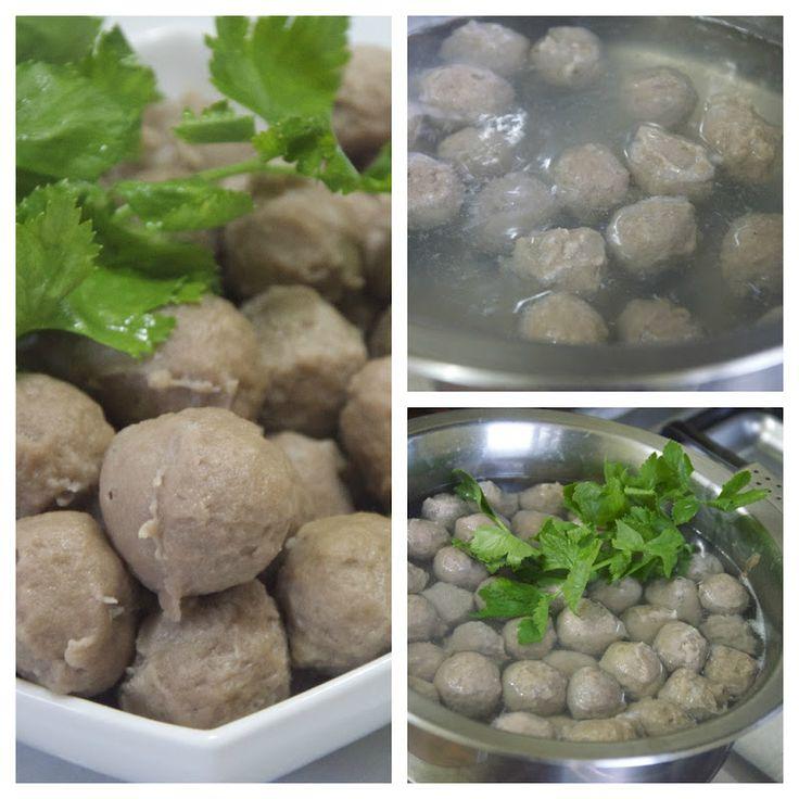 Indonesian Medan Food: Home made Bakso daging kenyal ( Meat balls in Broth )