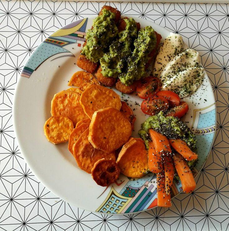 Ebédre hal, édesburgonya, avokádókrém, mozzarella, paradicsom, sárgarépa.