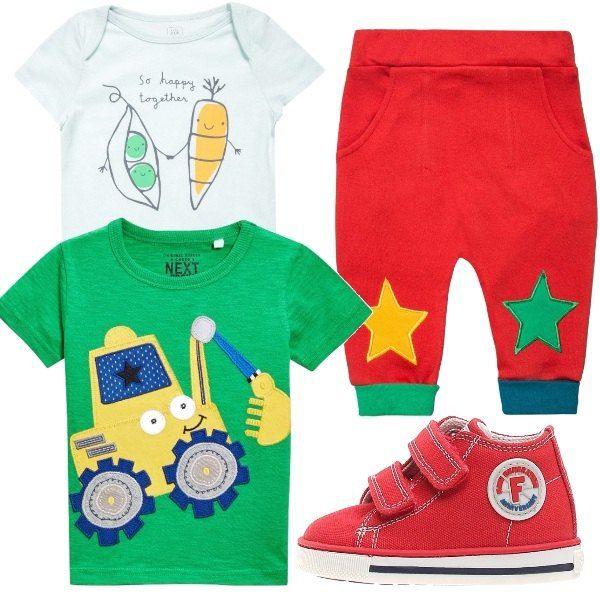 Body maniche corte con simpatica stampa, maglietta maniche corte verde con stampa, pantaloni rossi con toppe alle ginocchia a forma di stella e scarpine primi passi rosse.
