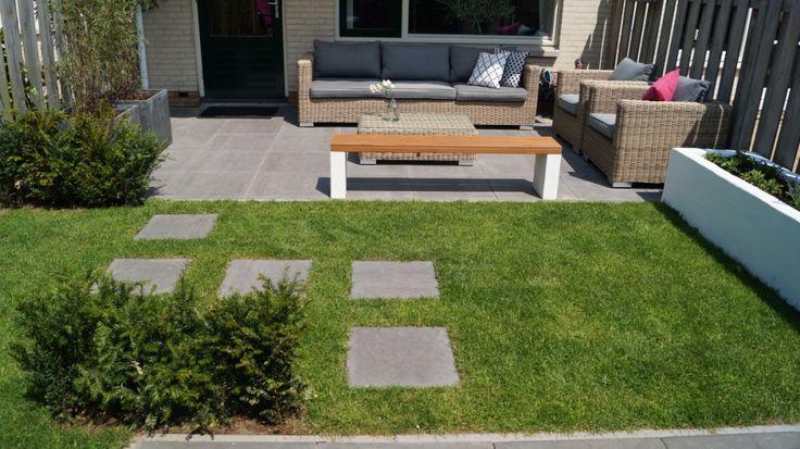 Strakke kleine stadstuin met loungeterras en verhoogde for Strakke kleine tuin