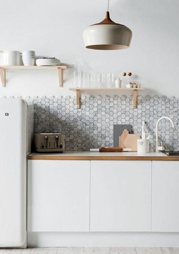 cuisine blanche et bois, carrelage mural hexagonal