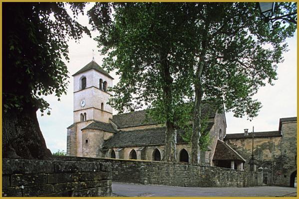 Eglise romane dédiée à Saint Pierre à côté de la porte de l'ancienne abbaye, dans le village jurassien de Château-Chalon