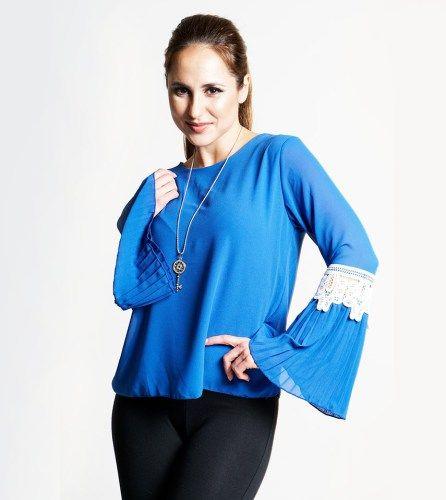 Blusa azul real com caimento reto e pormenor em renda nas mangas. Efeito boca de sino na extremidade da manga.  Ideal para ambientes formais ou casuais, fácil de combinar e bastante versátil.