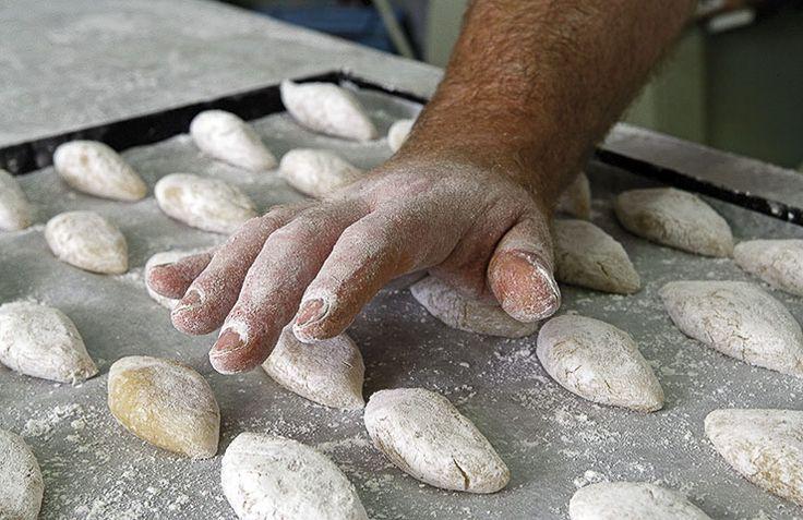 """I """"Ricciarelli"""", forse i più famosi tra i rinomati dolci di Siena, sono teneri biscotti di forma ovale, a base di mandorle, miele, zucchero e albume d'uovo. Con loro, anche il pan co' Santi è il dolce tipico da ottobre a metà di novembre. E' d'obbligo sulla tavola il 1 novembre festa di Ognissanti. Pane ricco di noci, mandorle, anici, nocciole e uvetta."""