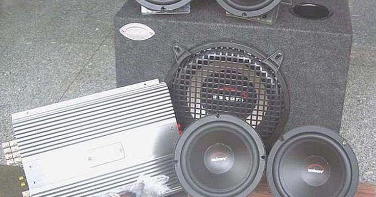 Cómo cablear un sistema de sonido estéreo para automóvil. Cómo cablear un sistema de sonido estéreo para automóvil. Cablear un sistema de sonido estéreo para automóvil por ti mismo es un proceso relativamente sencillo para aquellos que tengan aún un conocimiento básico de reparación de automóviles y cableado eléctrico, y es una excelente forma de ahorrar en tu sistema automotriz estéreo.