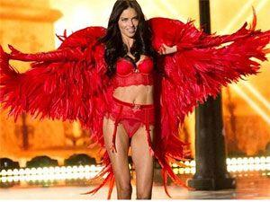 Modeli Victoria's Secret-a sinoć su ponovo izveli svoju magiju. Krila, perje, čipka... Prelepe manekenke, poput Kandis Svonepul, Adrijana Lima, Alesandra Ambrosio, smenjivale su se na bini noseći najnovije modele seksi donjeg rublja.