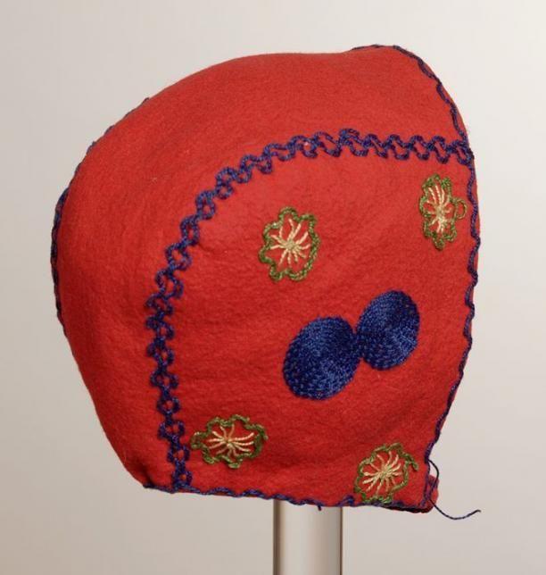 Rode vilten kindermuts met blauw, groen en geel borduurwerk, kapje met kinbandje met knoopsluiting | Modemuze