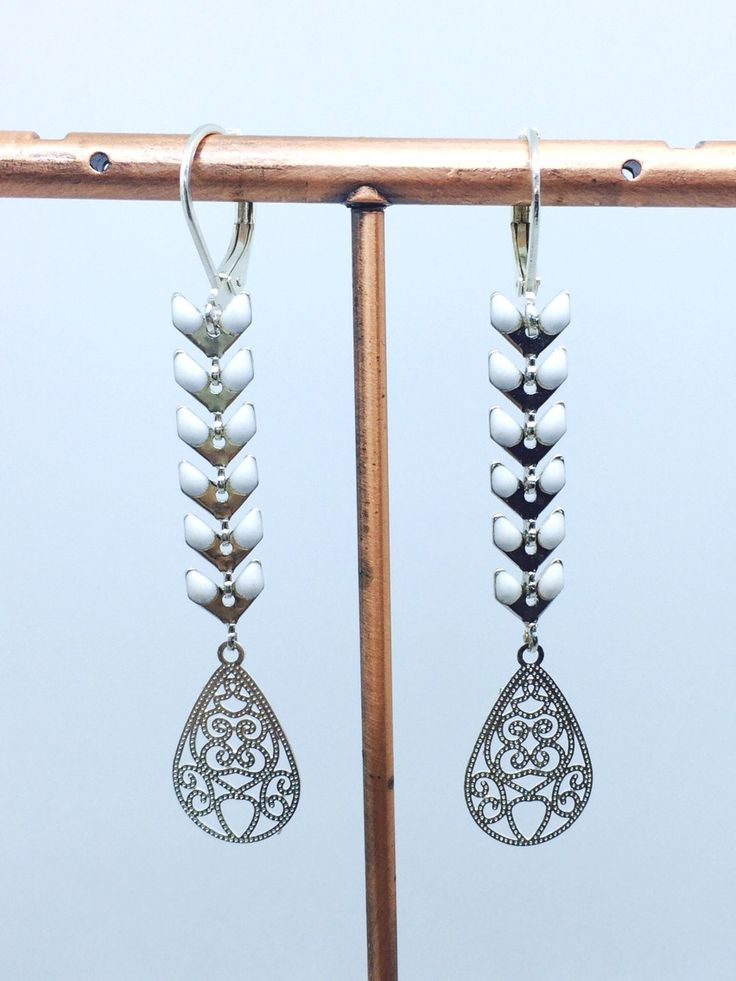 Boucles d'oreilles dormeuses épi chevron émaillé blanc en métal argenté : Boucles d'oreille par manava-creation