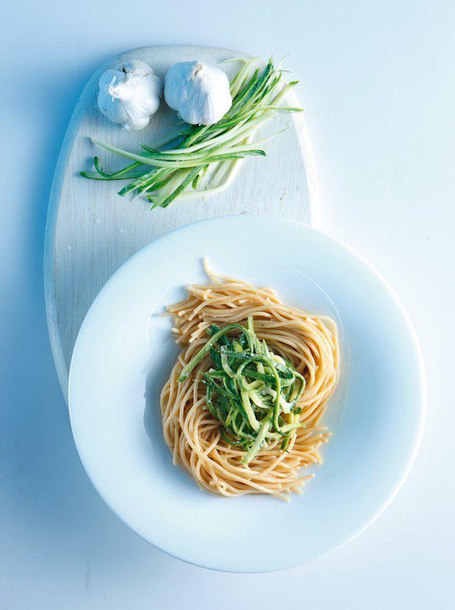 Σπαγγέτι+με+κατίκι,+σκόρδο+και+κολοκυθάκια