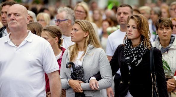 Honderden mensen lopen stille tocht in Hilversum.