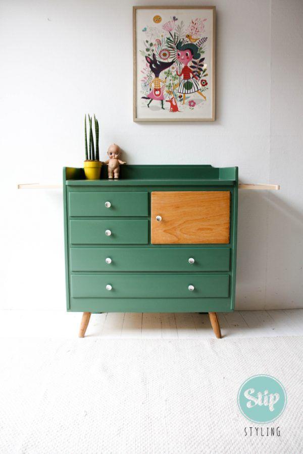 Vintage commode groen met perzik roze uitschuifdelen met nieuwe schuine poten  van bamboe hout eronder gezet.