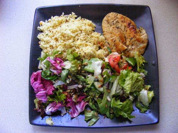 Nasz pomysł na szybki, zdrowy i smaczny obiad ;)  Grillowany kurczak z kuskusem i sałatką z awokado  Szczegóły na blogu: http://ymt24.pl/pomysl-na-fit-obiad  #ymt24 #przepis #blog #kurczak #chicken #sałatka #salad #kusksus #fit #zdrowie #obiad #mniam #awokado #avocado
