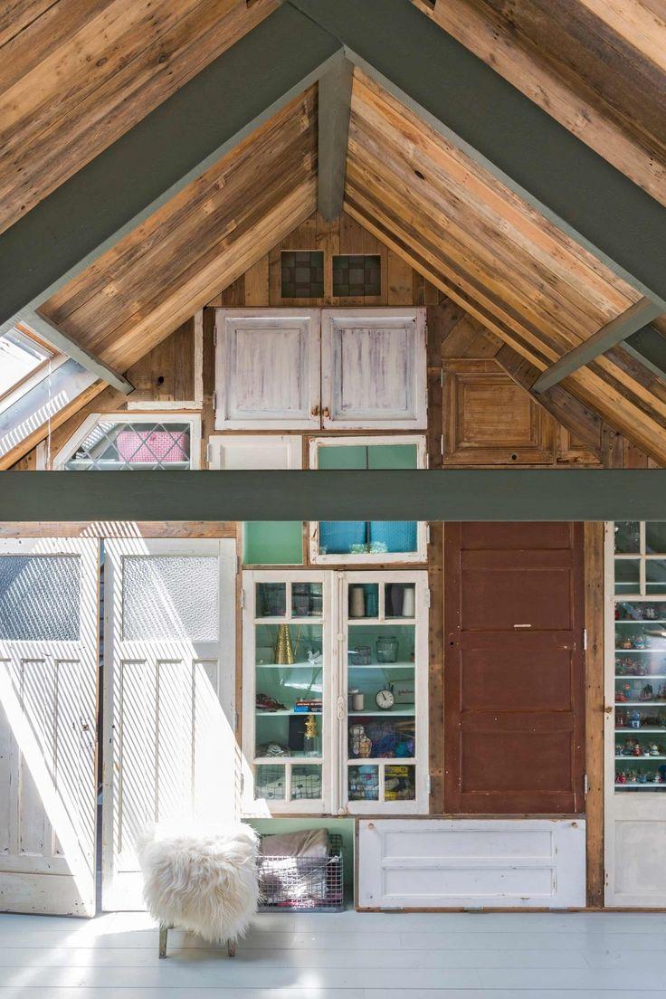 Kastenwand bekleed met oude deuren | Wardrobe made of old doors | vtwonen 09-2017 | Fotografie Margriet Hoekstra | Styling Barbara Natzijl
