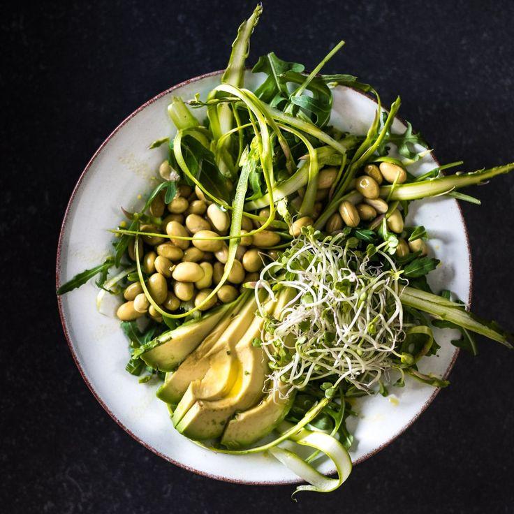 Een groene salade met alleen maar groene ingrediënten: groene asperges, edame bonen, avocado, rucola, groene radijskiemen en zelfs een groene dressing: van avocado olie. Groen is goed, het zit in ons systeem verankerd. Dan zal deze salade ook wel goed zijn, toch? Jazeker, en lekker! Vorige maand kwamen we erachter dat je groene asperges rauw...Lees verder