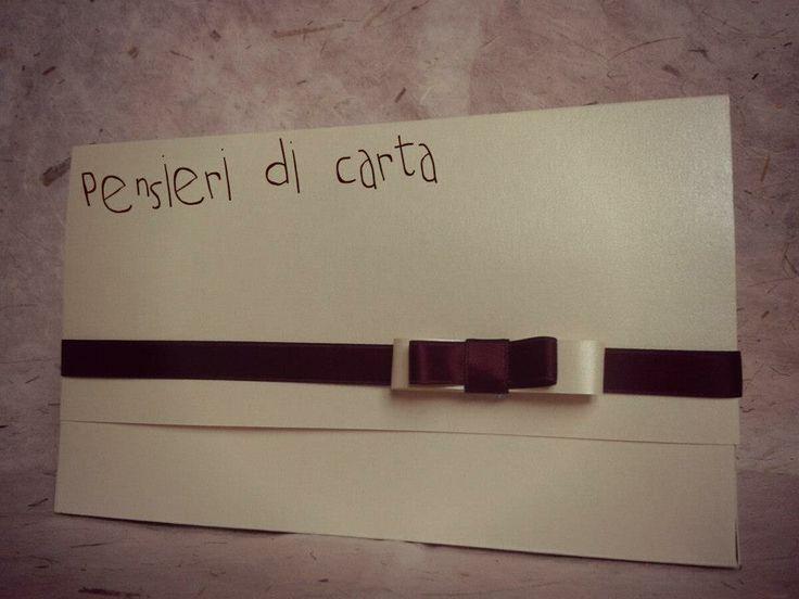 Partecipazione in carta perlata color avorio  Chiusura in doppio raso e doppio fiocco bordeaux e carta avorio!