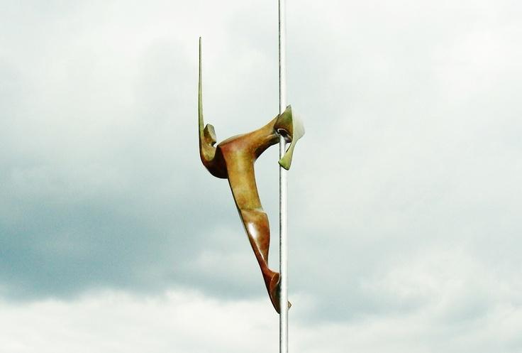 De paaldanseres 2.  Beeld van Eric Goede.  brons.