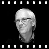 """VIDEO: Lange Zeit ist die Hörspiel-Branche an Autor und Schauspieler Reinhard Kuhnert vorbei gegangen. Als er 2007 sein Sprecher-Debüt mit """"Das Lied von Eis und Feuer"""" feierte, sei er regelrecht überrascht gewesen, wie sehr ihm das Einlesen Spaß bereitetet habe, verrät er uns im Audible Backstage Interview. Neben seiner Arbeit als Synchronsprecher ist Reinhard Kuhnert Dramatiker, Regisseur und als Liederdichter auf der Bühne zu sehen.... Alles weitere im Blog."""