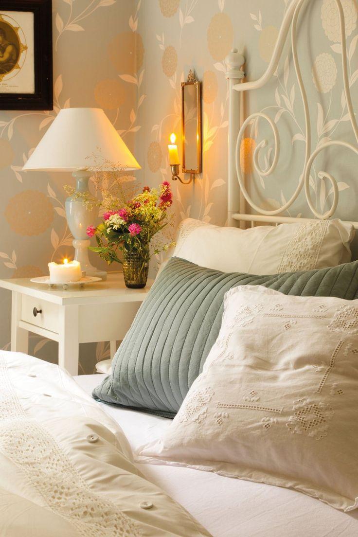 Cabecero del dormitorio  Mesilla de noche, modelo Hemnes de Ikea, igual que las fundas de almohada turquesa.