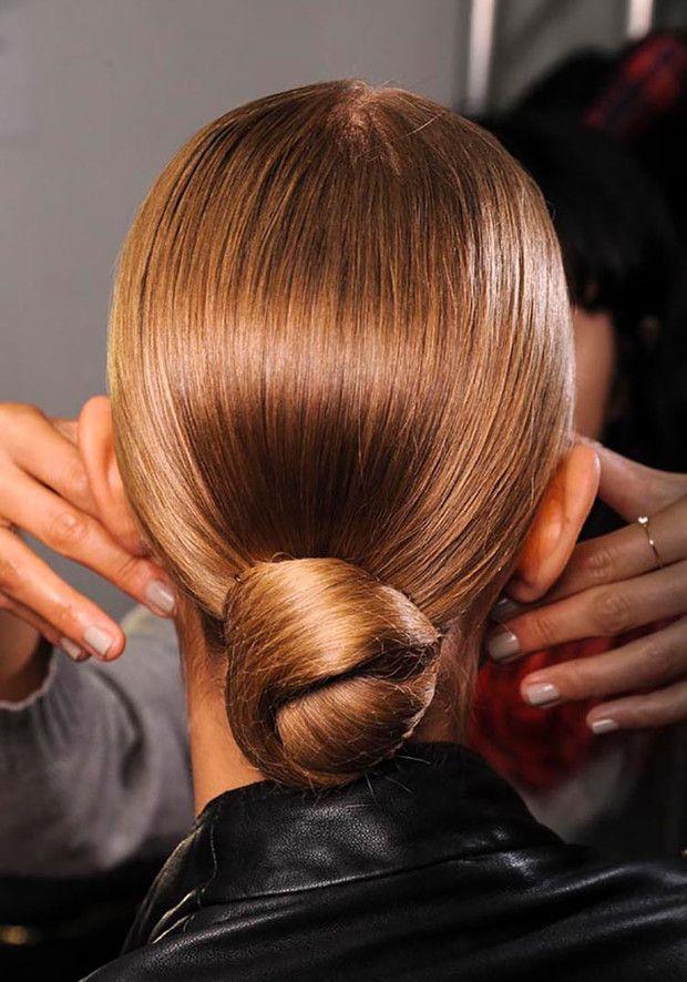 Si tienes que salir a trabajar o hacer las compras del súper, opta por estos peinados pulidos para que el cabello no se ensucie y se mantenga limpio de las bacterias del ambiente. Side Bangs Hairstyles, Bun Hairstyles For Long Hair, Spring Hairstyles, Party Hairstyles, Headband Hairstyles, Dance Hairstyles, Updo Hairstyle, Celebrity Hairstyles, Wedding Hairstyles