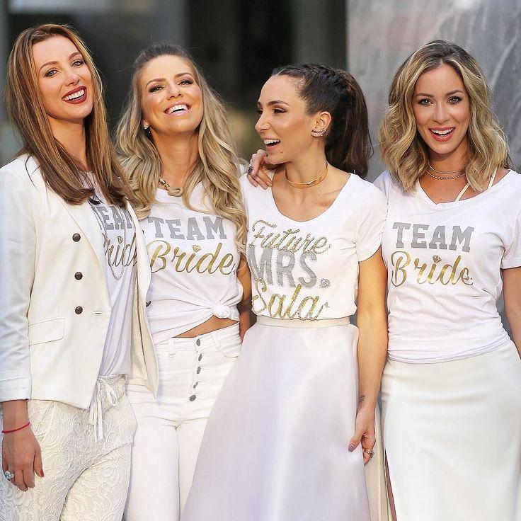 Future mrs. Sala e algumas integrantes do Team Bride! E que máximo essas camisetas by @talk2myshirtoficial @claudiabartelle @samarachecon #ChaBarLalaeDiegoSala #GoodVibesOnly