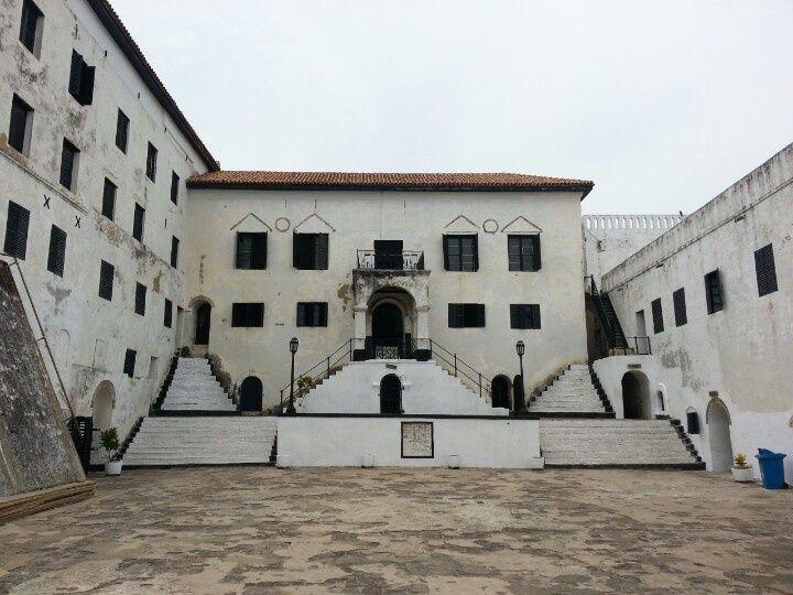Fort Elmina is een gebouw waar vroeger de slaven verkocht werden. En waar ze vers voedsel kregen en werden daarna gebrandtmerkt, met een VOC-teken.
