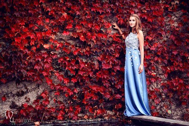 *VADA* - Brautkleid, Abendkleid  ♥♥ handmade, nostalgisch, romantisch ♥♥  Das Kleid ist bodenlang, lang geschnitten. Oben schöner Stoff in grau mit hellgrau, grau Spitze überzogen. Der...