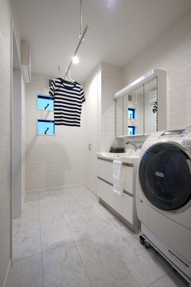 雨の日も洗濯物が干せるランドリーポール付の洗面室 洗剤類やタオル 衣類が収納できる棚もあって便利 洗面室 収納 ランドリーポール 洗濯 物干し 西和不動産 滋賀 マイホーム ランドリールーム バスルーム 洗面 不動産
