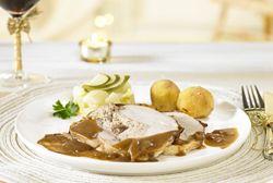 Gevulde kalkoenfilet met verse spekjeskroketten en peertjes in de pan