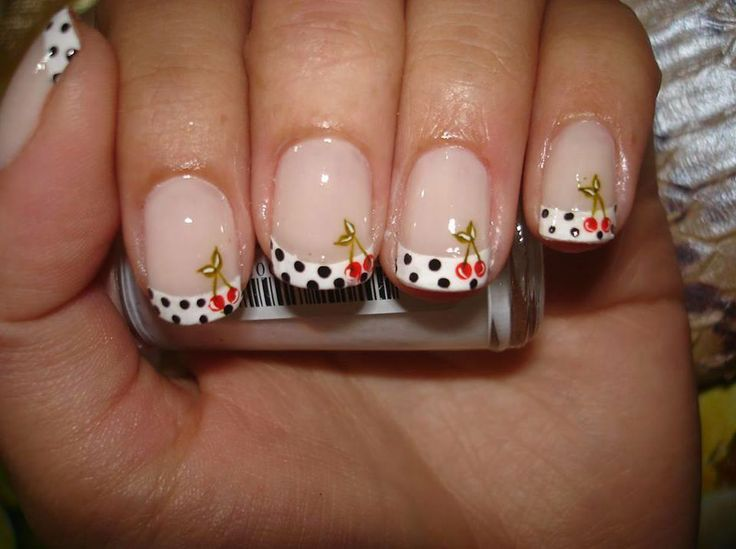 Uñas decorada con cerezas.