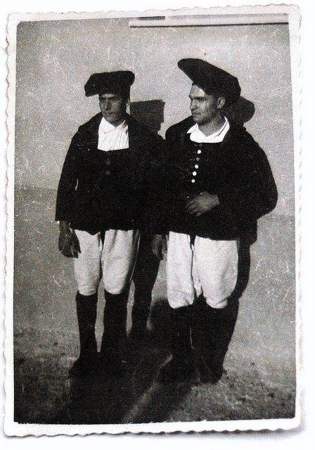 Giuseppe Cardia (links) met Giovanni Pistis in geboortedorp Meana Sardo. Hier dragen ze Sardijnse klederdracht. Jaren 60