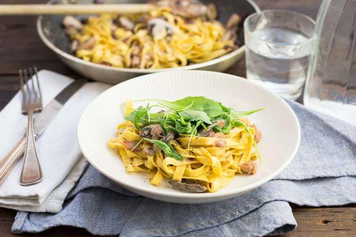 Recept voor verse pasta voor 4 personen. Met zout, olijfolie, peper, verse tagliatelle, ontbijtspek, kruiden-roomkaas, champignon, slagroom, rucola en ui