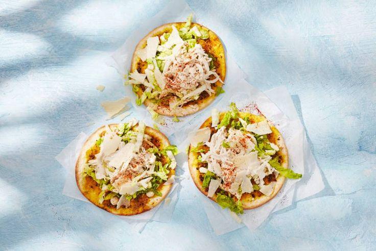 Mexicaans streetfoodgerechtje: knapperige minitortilla met caesarsalade. Als dat geen fiësta is - Recept - Allerhande