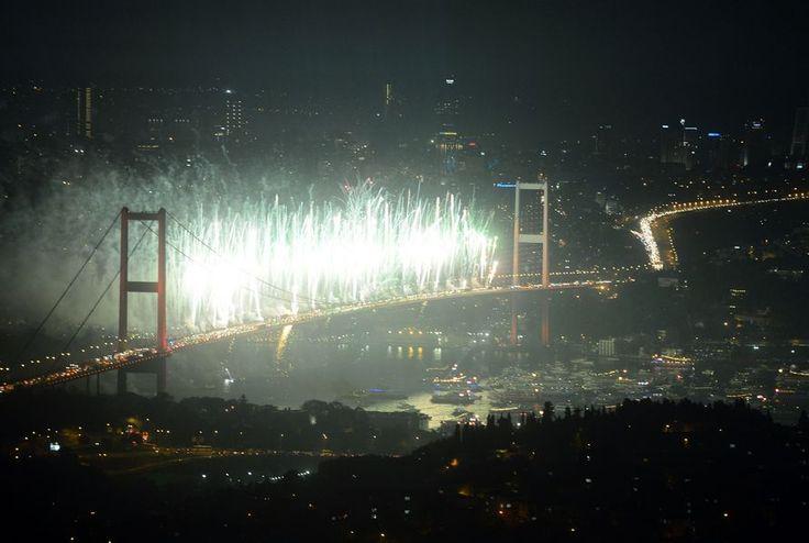 Boğaz'da görsel şölen 29 Ekim Cumhuriyet Bayramı kutlamaları kapsamında İstanbul Boğazı'nda havai fişek, ışık ve ses gösterileri düzenlendi.
