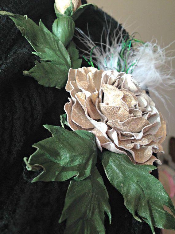Mooie handgemaakte Golden Rose Fantasy Flower lederen broche. Gemaakt met beige leder fabriek bedekt met gouden verf. Er zijn bladeren, fancy
