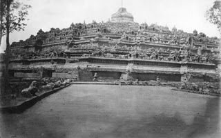 This ancient Buddhist pyramid temple, known as Borobudur, can be found in the wild jungle of Java, Indonesia. It was lost for over a thousand years before being rediscovered!  #history #education #culture #kids #Indonesia #Java #archeology #buddhism #Asia #world #funfact