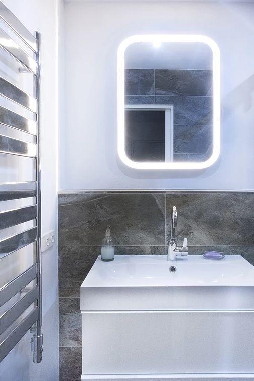 zrkadlo nad umyvadlom