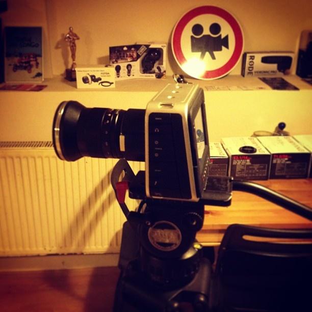 Black Magic Sinema Kamera Raw Recording – 2.5 K 13 stops dynamic range Integrated SSD to record Cinema DNG Raw ProRes and DNxHD EF mount lenses SDI and Thunderbolt Touch screen LCD Rezervasyon & Bilgi için: 0533 548 70 01 http://filmekipmanlari.com/kiralik-black-magic-kamera/