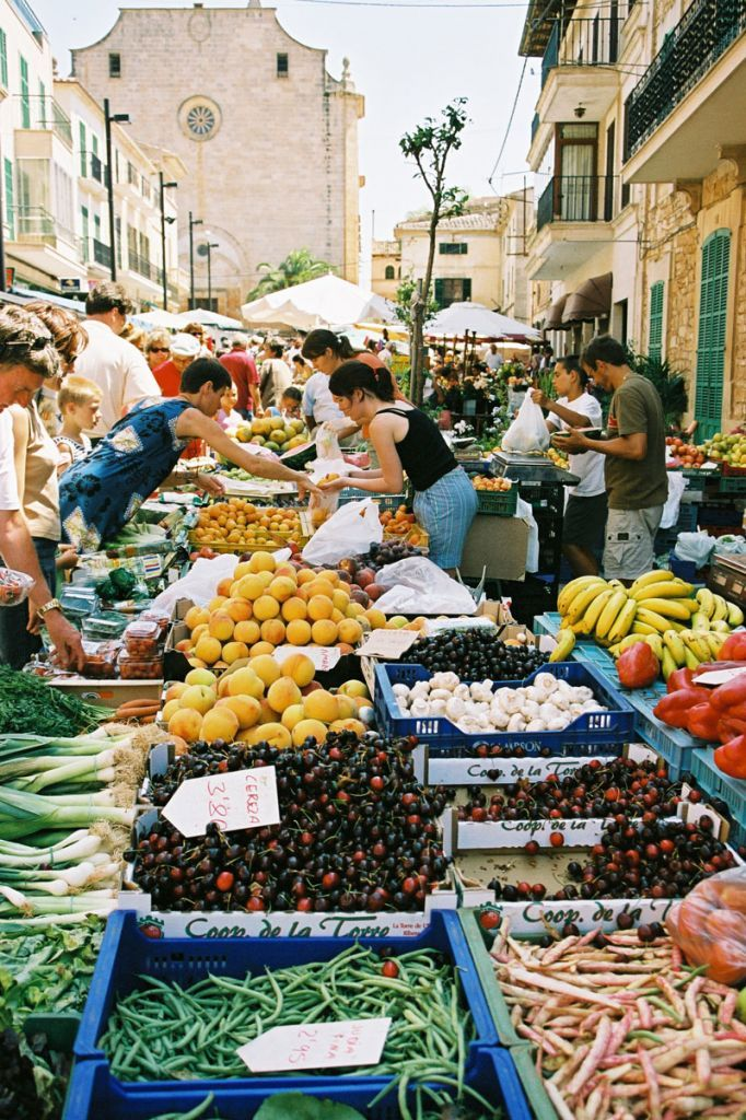 Markt in Santanyi auf Mallorca....ich liebe diese Atmosphäre dort !!                                                                                                                                                                                 Mehr